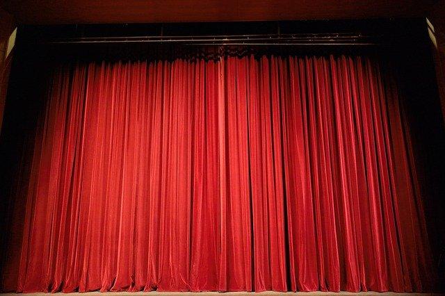En röd teaterduk